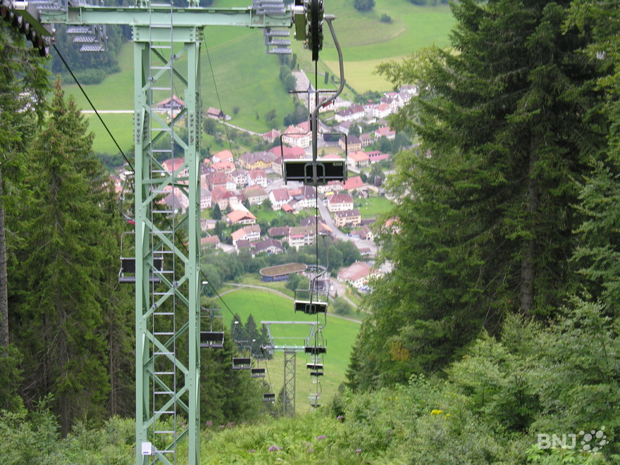 Le village de Buttes vu depuis le télésiège de La Robella Val-de-Travers.